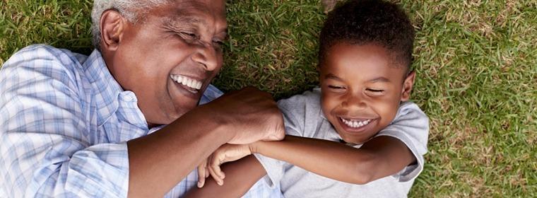 Homem com criança sorrindo